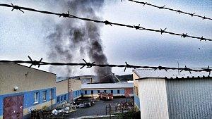 V Příbrami hoří výrobní hala. Kouř je vidět až z Prahy