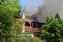 Ve středu hodinu před polednem byl na tísňovou linku HZS Středočeského kraje oznámen požár chaty v katastru obce Čelina na Příbramsku. Když hasiči dorazili na místo, hořela už i sousední chata a stromy kolem.