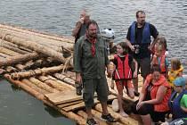 Z plavby na padesátimetrovém voru neboli prameni v Kamýku nad Vltavou.
