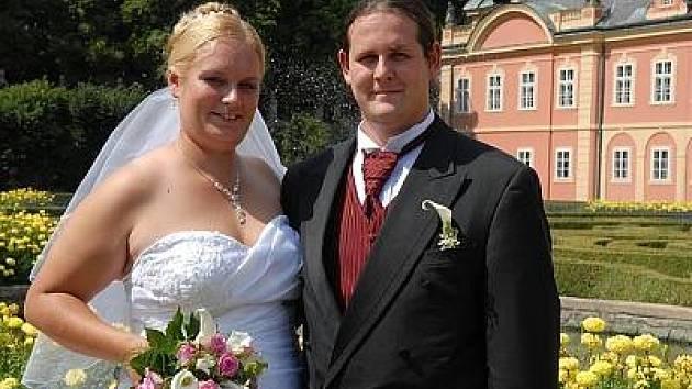 Lucie Tomášů a Lukáš Mikšovský si dali manželský slib v sobotu 15. srpna. Pro svatební obřad si vybrali konírnu dobříšského zámku.