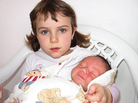 Čtyřiatřičtvrtělá Klaudie má velkou radost z brášky Matyáše Prendkého, který se mamince Kláře a tatínkovi Martinovi z Příbrami narodil v neděli 6. dubna a v ten den vážil 2,93 kg a měřil 49 cm.