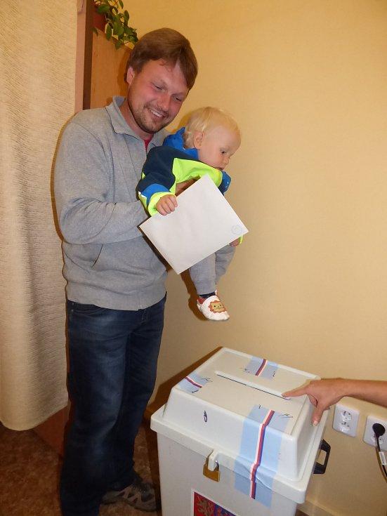 MALÉHO pomocníka Ondru si s sebou přivedl do volební místnosti v okrsku č. 1 jeho tatínek Daniel Kolář.