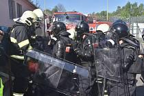 Námětem byl požár založený v prostoru společenské místnosti ubytovny kuchařů, která je dislokována v areálu se zvláštním režimem pohybu osob. V budově vznikla vzpoura s výhružkou založení požáru. Vězni následně simulovaně zapálili vybavení společenské mís