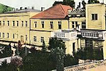 Objekt bývalých lázní v Jincích naproti základní škole se stane majetkem městysu, lidé v něm najdou bydlení.