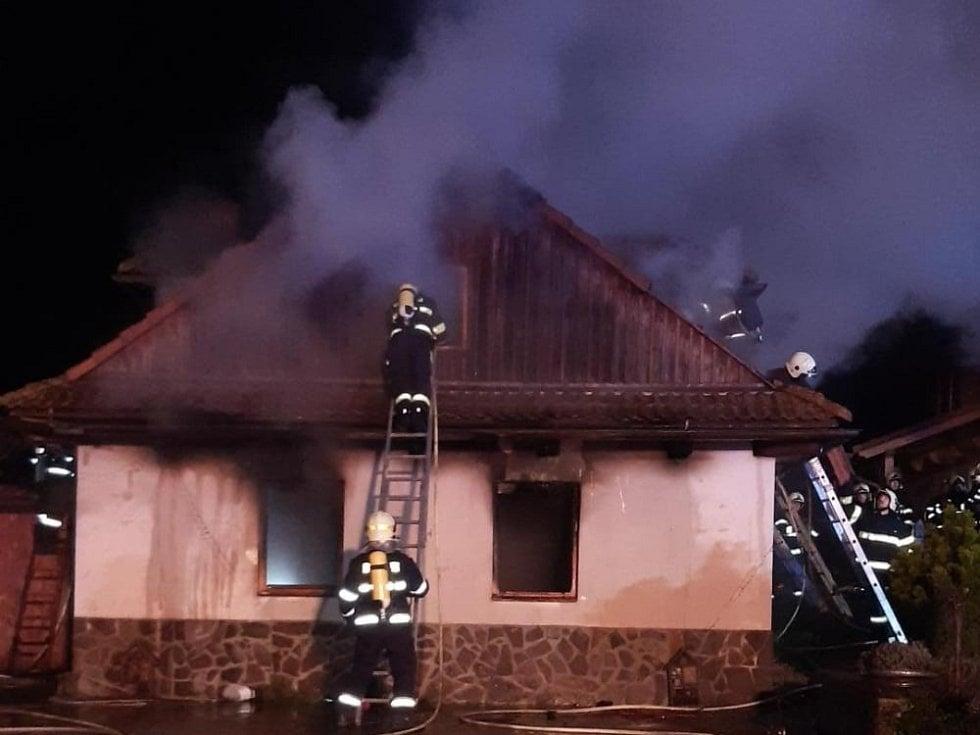 Z požáru  rodinného domu v Ohrazenicích 20. prosince 2020.
