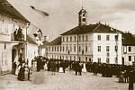 Veřejné cvičení hasičského sboru na budově hejtmanství (původně staré sedlčanské radnice) na náměstí v Sedlčanech 21. června 1885.