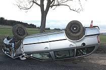 NEHODA z 14. ledna u Malé Hraštice, najetí na krajnici, náraz do stromu, lehké zranění, 50 tisíc škoda.