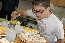 Marek Důla, bývalý klient Alky, která pečuje o lidi s handicapem, slavnostně ukončil nácvikové bydlení a byt, kde se učil samostatnosti, už je jeho.