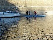 Jeřáb bezplatně zajistí transport lodí z vody na sucho.