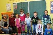 Prvňáčci ze ZŠ a MŠ Rosovice s třídní učitelkou Danou Simmerovou.