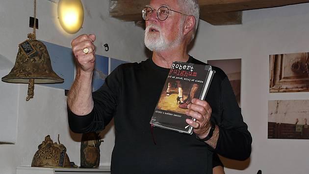 Ve Váchově špejcharu se na všechny obdivovatele amerického spisovatele Roberta Fulghuma vloni nedostalo.