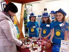 Na prodejních jarmarcích, které byly součástí jejich výuky finanční gramotnosti v projektu Abeceda peněz, prodávaly děti květiny, keramiku, ozdoby i občerstvení.