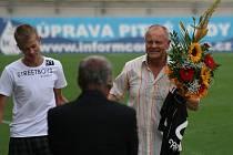 Před začátkem zápasu gratulovalo vedení 1.FK Příbram k nedávno oslaveným šedesátým narozeninám Františku Barátovi.