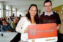 Místostarostka města Příbrami Alena Ženíšková spolu s ředitelem Senior Pointu Lukášem Vaculíkem představili příbramským seniorům nový projekt Identifikační karta seniora.