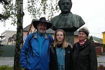 U  SUKOVY busty jsme při prvních krocích pochodu zastihli pravidelného účastníka Petra Sůsu s dcerou Evou. Sukovou stezkou se s nimi vydala i Dana Krůtová.