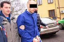 Kriminalisté se zdrženým mužem, který přepadával ženy.