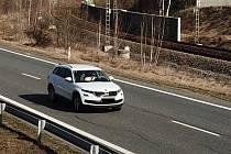 S pomocí dronů policie kontroluje také dodržování předpisů silničního provozu.