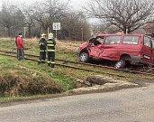 Na železničním přejezdu u Kosovy Hory na Sedlčansku se stala ve čtvrtek ráno nehoda. Vlak tam srazil dodávku.