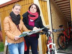 Na snímku jsou zleva zaměstnankyně městského muzea Iveta Šedivá a Blanka Marvanová.