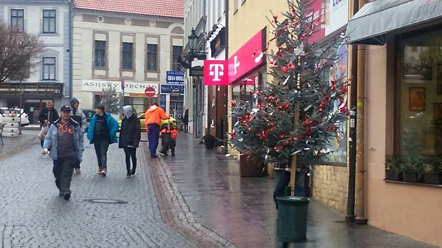 Vánoční výzdoba obchodního centra Příbrami je nápadem členů Spolku Pražské ulice.