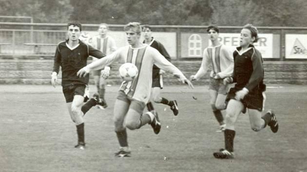 Slavný odchovanec. Filip Dort – mistr české ligy s Libercem, bývalý hráč Sparty, Příbrami či Blšan – na snímku z roku 1995 (vpravo v černém dresu), kdy ještě válel za dobříšský dorost. V současnosti působí v klubu jako hlavní trenér divizního A- týmu.