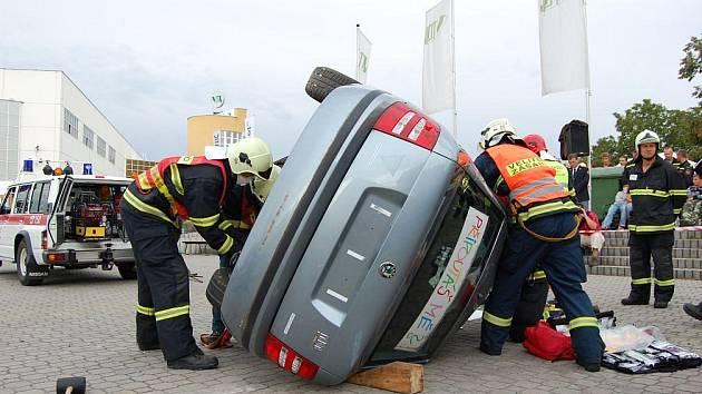 Profesionální hasiči soutěžili ve vyprošťování osob z havarovaných aut.