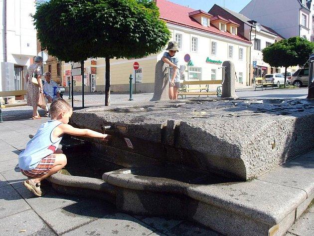 Děti si často hrají v kašně na Václavském náměstí v Příbrami.