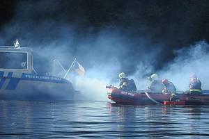 Profesionální hasiči z Dobříše nacvičovali zásah při požáru lodi na Slapech.