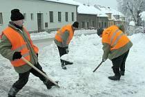 Odsouzenci z věznice Bytíz pomáhají s odklízením sněhu v Příbrami