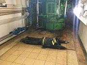 Zatímco na Slapech policisté pronikli do podzemí elektrárny a s pomocí služebního psa se jim podařilo zbloudilou návštěvnici najít a vyvést z labyrintu chodeb, do Štěchovic dorazily jednotky dobrovolných ze stanic Štěchovice a Hradišťko, profesionálních h