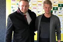 SPOLUPRÁCE. Finanční konzultant Jiří Kopecký (vlevo) navázal spolupráci s klubem 1. FK Příbram. Na fotce s marketingovým manažerem Tomášem Větrovským.