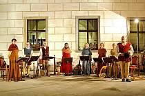 Dominika Pilecká (na snímku vlevo) hraje a zpívá v příbramském hudebním souboru Chairé.