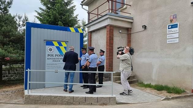 Kontaktní kontejner před služebnou policie.