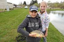 Děti si zalovily v městském rybníku.