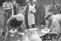 Historicky první zkouška motorové pily v Brdech pár měsíců poté, co byla vynalezena.