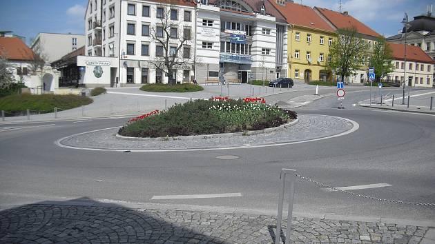 Kruhový objezd na náměstí TGM v Příbrami.