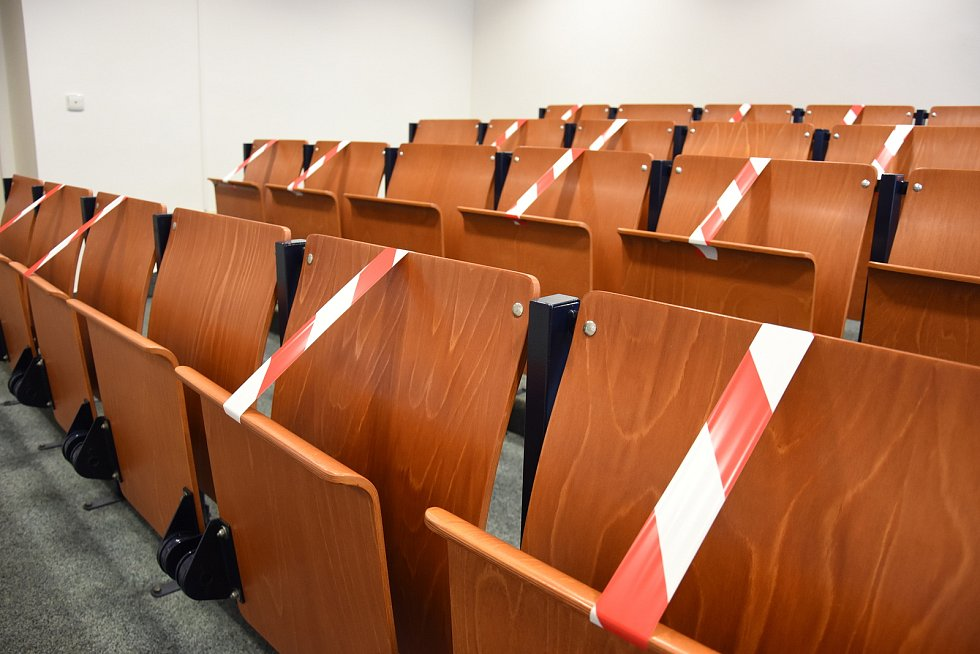 S velkou pozorností se v pondělí na jednání středočeských zastupitelů setkala debata o chystaném slučování vybraných škol zřizovaných krajem. Dorazili i odpůrci – jak z řad pedagogů, tak studentů.