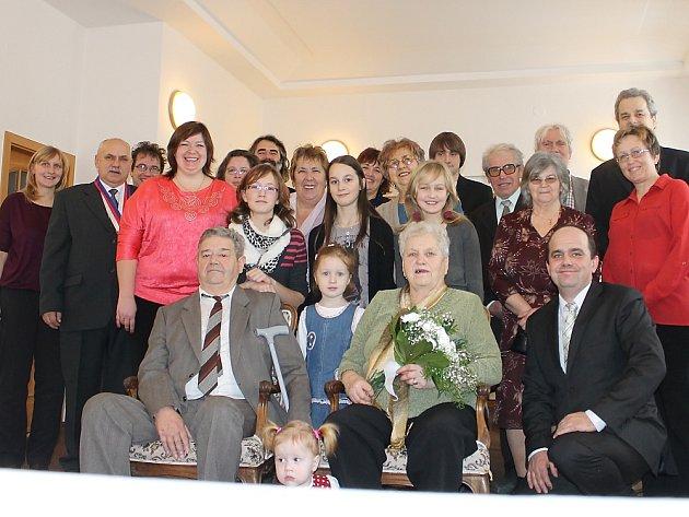 Manželé Sýkorovi s rodinou při symbolickém obřadu na Obecním úřadu v Podlesí.