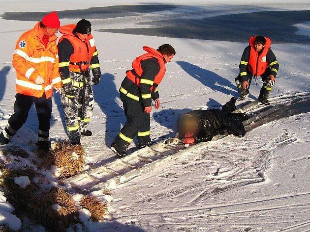 Sedlčanští hasiči zachránili muže před utonutím.