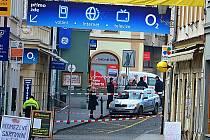 Spodní část Pražské ulice obehnaná policejní páskou kvůli nahlášené bombě.