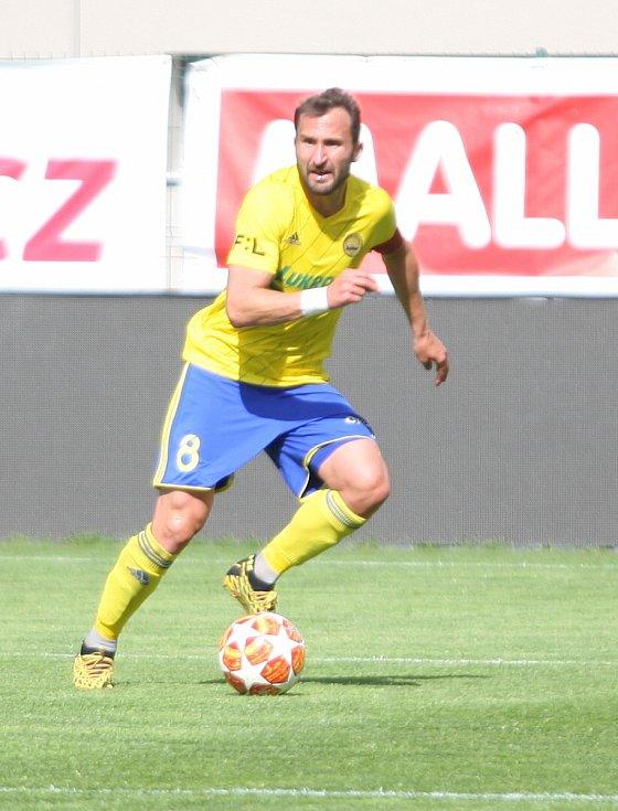 Fotbalisté Fastavu Zlín (ve žlutém) v důležitém zápase bojů o záchranu ve 28. kole v sobotu hostili poslední Příbram. Na snímku Petr Jiráček.
