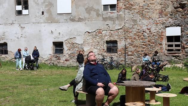 Z prohlídky zámku v Rožmitále pod Třemšínem při zahájení turistické sezony.