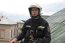 Hasiči museli odstranit ze střechy školy poškozený plech.