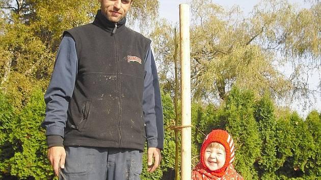 Tříletá Majdalenka se zahradníkem Davidem Měchurou