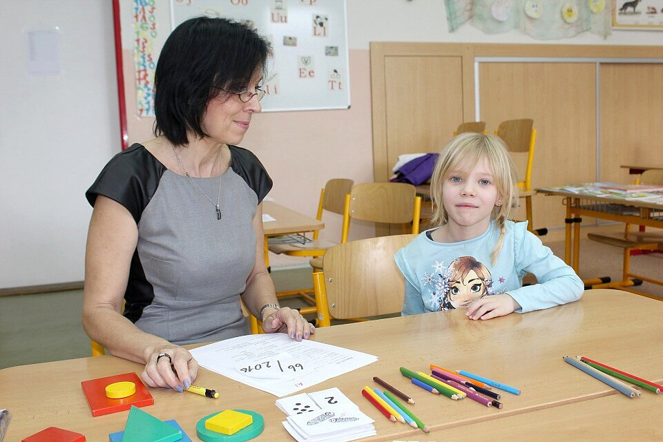 POVÍDÁNÍ s paní učitelkou ukáže, jak se děti vyznají v barvách, číslech, jaké mají výtvarné cítění a zda se dokáží alespoň chvíli soustředit na práci. Paní učitelka nešetřila chválou  povzbuzením.