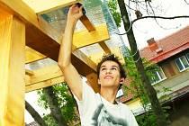 Na budování hřiště u waldorfské školy se podíleli rodiče i sami studenti.