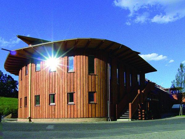 """Stavba """"archy""""  příbramských architektů aspiruje na Ekologického Oskara."""