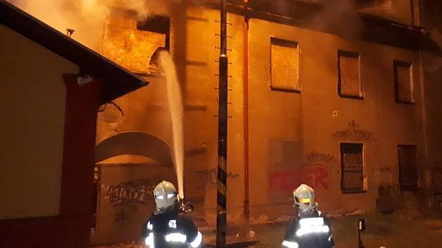 Požár nevyužívané budovy na příbramském nádraží.