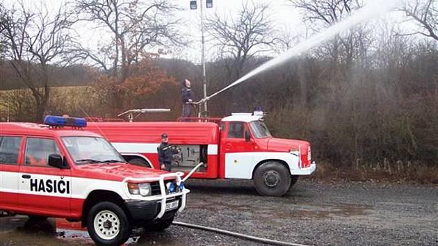 Aby technika byla stále připravena k zásahům musí hasiči nad její údržbou strávit spoustu volného času.