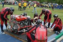 Závodníci se připravují na požární útok v soutěži Brdská liga.